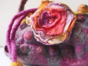 Pink handbag with flower felted design