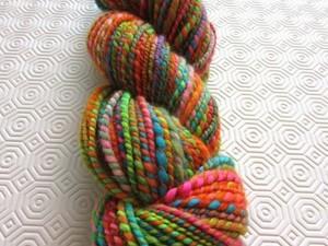 Multi-coloured twisted yarn