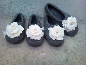 Wool grey slippers with white flower detail