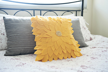How to make a sunflower pillow with World of Wool
